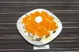 Шаг 6. Следующим слоем натереть морковь на крупной терке, подсолить, смазать сме