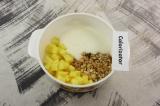 Шаг 3. Смешать ананас, мюсли и йогурт.