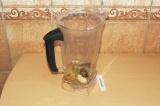 Шаг 5. Смешать все ингредиенты в блендере (кроме голубики), оставив немного семе