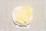 Шаг 2. Сыр нарезать тонкими пластинами по 2 шт. на каждый бутерброд.