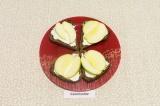 Шаг 4. Выложить ломтики яблока на смазанный йогуртом хлеб.