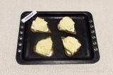 Шаг 5. Затем выложить сыр, запекать в духовке примерно 3 минуты.
