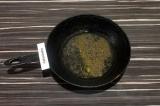 Шаг 2. В толстой или чугунной сковороде нагреть масло со специями в течение двух