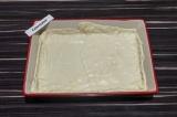Шаг 4. В подготовленную форму для выпечки выложить половину слоеного теста