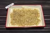 Шаг 5. Выложить капусту на тесто и разровнять по всей поверхности.