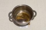 Шаг 4. В кастрюле с толстым дном нагреть масло со специями и лавровым листом