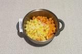 Шаг 6. Добавить картофель и тыкву, подсолить и обжаривать еще пять минут.