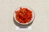 Шаг 3. Болгарский перец очистить от косточек удалив плодоножку, нарезать мелкими