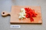 Шаг 1. Нарезать лук кубиками и перец соломкой.