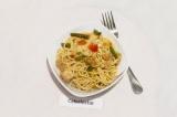 Готовое блюдо: спагетти с соевым мясом и овощами