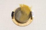 Шаг 3. Спагетти отварить в подсоленной воде до готовности.