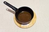 Шаг 4. В глубоком сотейнике нагреть масло вместе с оставшимися специями, примерн