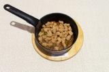Шаг 7. Выложить соевое мясо в сотейник и перемешать с овощами, тушить еще 10 мин