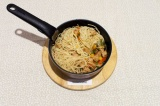 Шаг 8. Выложить в сотейник спагетти и все перемешать.