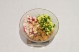 Шаг 6. В глубоком салатнике перемешать все ингредиенты, заправить соевым соусом.