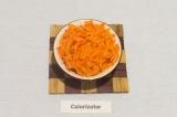 Шаг 3. Морковь натереть на крупной терке.