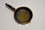 Шаг 4. В сковороде нагреть одну ложку масла и специи.