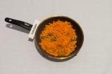 Шаг 5. Пассеровать морковь в масле со специями до золотистого цвета.