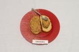 Шаг 8. Выложить паштет на хлеб и разровнять ложкой.