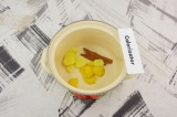 Шаг 3. Имбирь, кожицу от лимона и корицу выложить в кастрюлю, залить водой