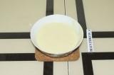 Шаг 10. Влить агарную смесь в йогурт.