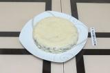 Шаг 11. Смазать торт йогуртовым кремом и дать застыть.