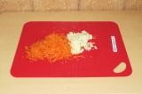 Шаг 3. Нарезать лук и морковь натереть на средней терке.