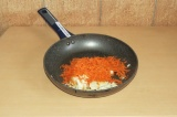 Шаг 4. Припустить овощи на сковороде.