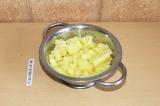 Шаг 6. Картофель почистить и порезать кубиками.