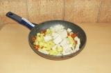 Шаг 7. Добавить тофу и картофель к овощам и немного потушить (минут 7-10).