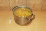 Шаг 8. Тушеные овощи выложить в кастрюлю к гороху, добавить специи и оставить в