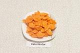 Шаг 1. Морковь нарезать кружочками или, если крупная – четвертинками кружочков.