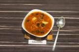 Готовое блюдо: чечевичный суп с фасолью и оливками