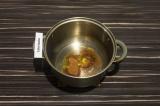 Шаг 5. В кастрюлю с толстым дном высыпать специи, добавить масло и обжаривать на