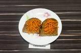 Шаг 3. Морковь по-корейски выложить на ломтики хлеба, разровнять по всей поверхн