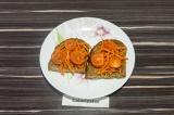 Шаг 4. Выложить нарезанные помидоры на хлеб.