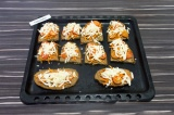 Шаг 6. Запекать при температуре 180 градусов 3-5 минут, чтобы сыр расплавился