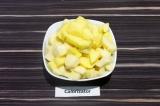 Шаг 2. Картофель нарезать кубиками средней величины.