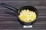 Шаг 7. Добавить картофель. Продолжать обжаривать помешивая еще пару минут.