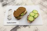 Шаг 7. Накрыть вторым куском хлеба. Подобным образом собрать второй сэндвич.