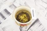 Шаг 4. Зеленый чай выложить в кастрюлю, залить кипятком.