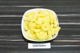 Шаг 1. Картофель очистить и нарезать брусочками.
