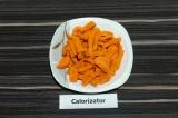 Шаг 2. Морковь нарезать мелкими брусочками или пластинками.