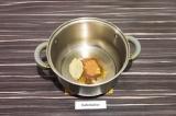 Шаг 4. В кастрюле с толстым дном нагреть масло со специями, примерно минуту.