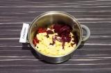 Шаг 6. Через пять минут добавить картошку и свеклу. Подсолить и тушить еще 5 мин