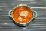 Шаг 8. Добавить в суп кислую капусту, убавить огонь на минимум и томить еще 10 м