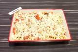 Шаг 6. Достать форму с макаронами из духовки и присыпать макароны сыром.