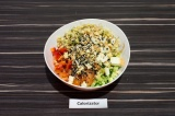 Шаг 7. Смешать все ингредиенты в глубокой посуде, заправить соевым соусом и посы