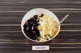 Шаг 5. В салатнике смешать все ингредиенты и заправить оставшимся маслом.