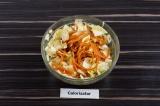 Шаг 3. Добавить в капусту морковку по-корейски, перемешать и дать постоять 10 м.